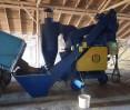 Загрузка зерна из прицепа в бункер очистителя вороха ОВС-25ЦБ с циклоном